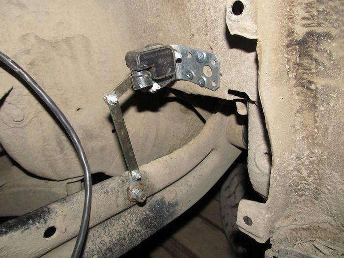 Автокорректор фар. Крепление датчика загрузки задней оси