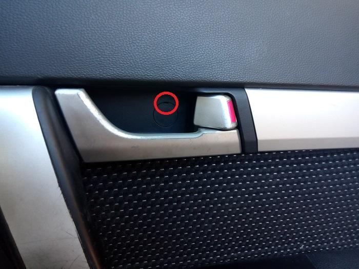 1. Снятие заглушки под ручкой открывания двери Chevrolet Captiva C140