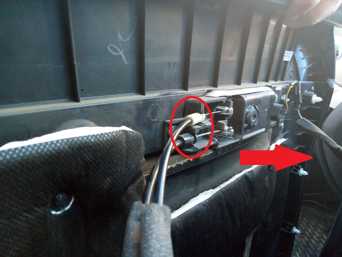6. Отключение тросиков замка передней двери Chevrolet Captiva C140