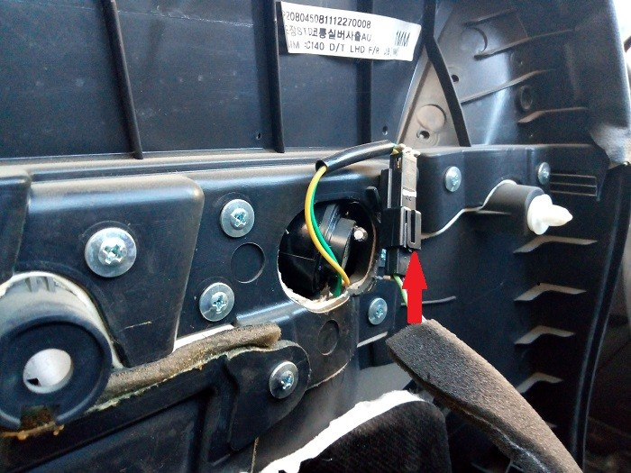 7. Отключение разъема ВЧ динамика в передней двери Chevrolet Captiva C140